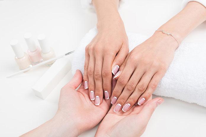 Jak zrobić klasyczny manicure krok po kroku? Stylizacja paznokci w Warszawie